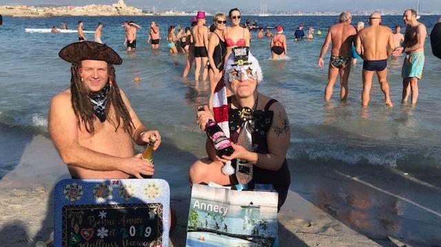 des baigneurs déguisés venus de Savoie sur la plage d'Antibes 2019