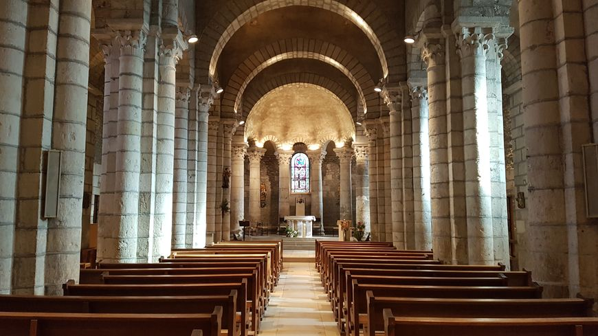 Habituellement, jusqu'à 350 fidèles peuvent assister à la messe dans l'église St-Pierre à Champagne. Ils ne sont que 200 ce dimanche