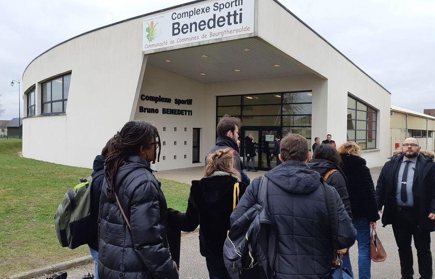 Journalistes et élus sont rassemblés dans le gymnase de Grand Bourgtheroulde.