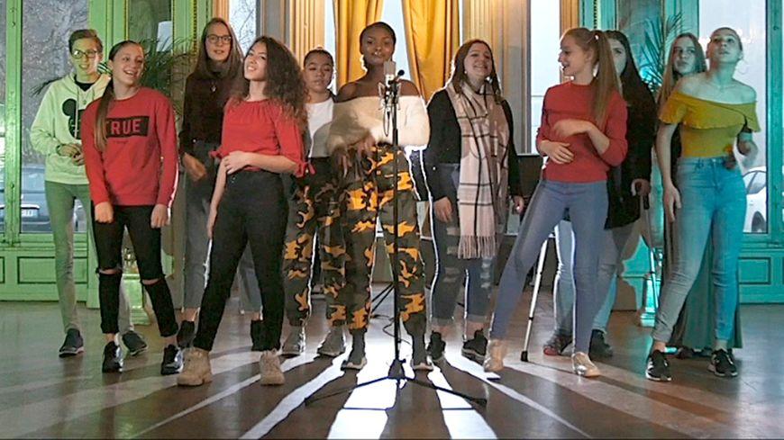 11 adolescentes de 13 à 18 ans, résidentes à la Maison d'enfants Saint-François d'Assise de Strasbourg, racontent leur quotidien en musique.