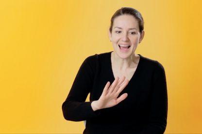 Cette cinéaste belge interprète, en play back, la voix des femmes qu'elle a interviewées.