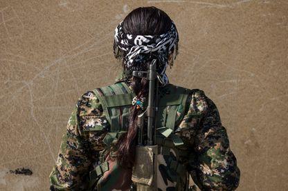 Portrait de Beritan Khabat, 20 ans, de Derek. Rojava, Serikani, Syrie, 2015