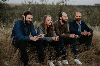 """Deux ans après son album solo """"The Party"""", Andy Shauf (avec les cheveux longs) revient avec le premier album de son groupe Foxwarren"""