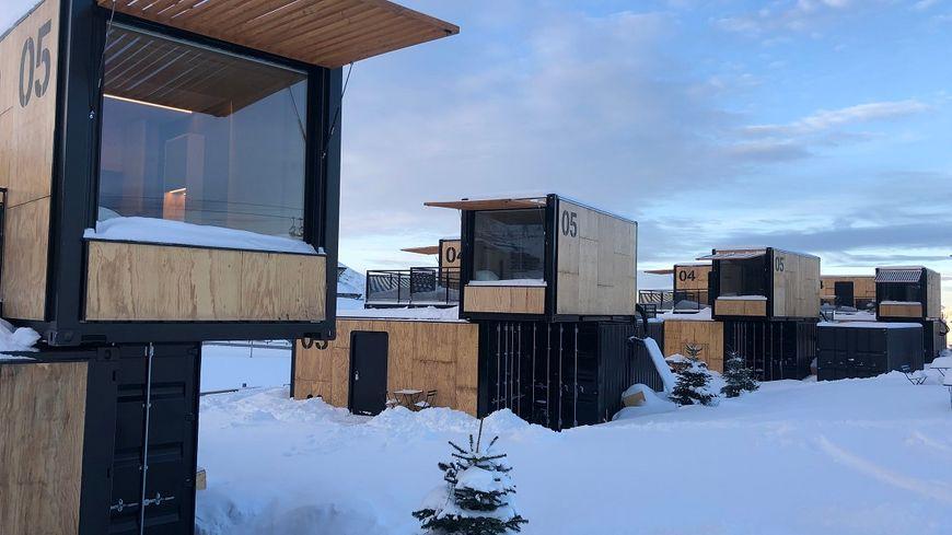 À Avoriaz (Haute Savoie), un hôtel éphémère et nomade a été construit au bord des pistes. Les clients dorment dans des containers transformés en chambres avec vue imprenable sur la montagne.