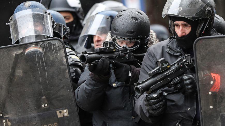 Des lanceurs de balles de défense sont utilisés par les forces de l'ordre pendant les manifestations des gilets jaunes.