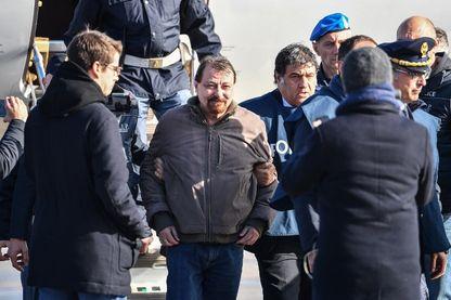 Cesare Battisti escorté de la police italienne à la sortie de l'avion venant de Bolivie (aéroport Ciampino à Rome le 14 janvier 2019=