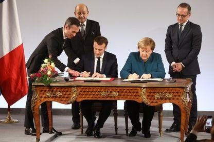 Le 22 janvier 2019, le président français Emmanuel Macron et la chancelière allemande Angela Merkel signent un traité d'amitié franco-allemand.