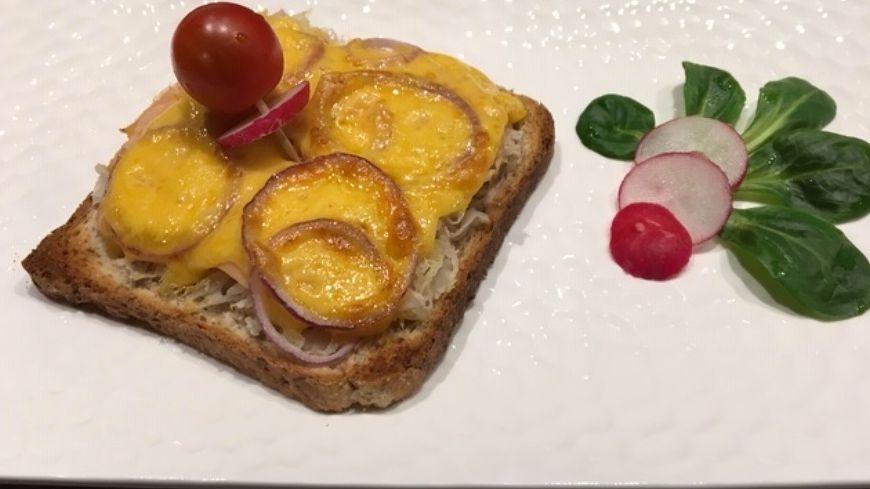 Toast à la choucroute, au saumon fumé et au cheddar