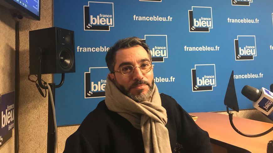 Hervé Gerbi, avocat grenoblois, dans les studios de France Bleu Isère