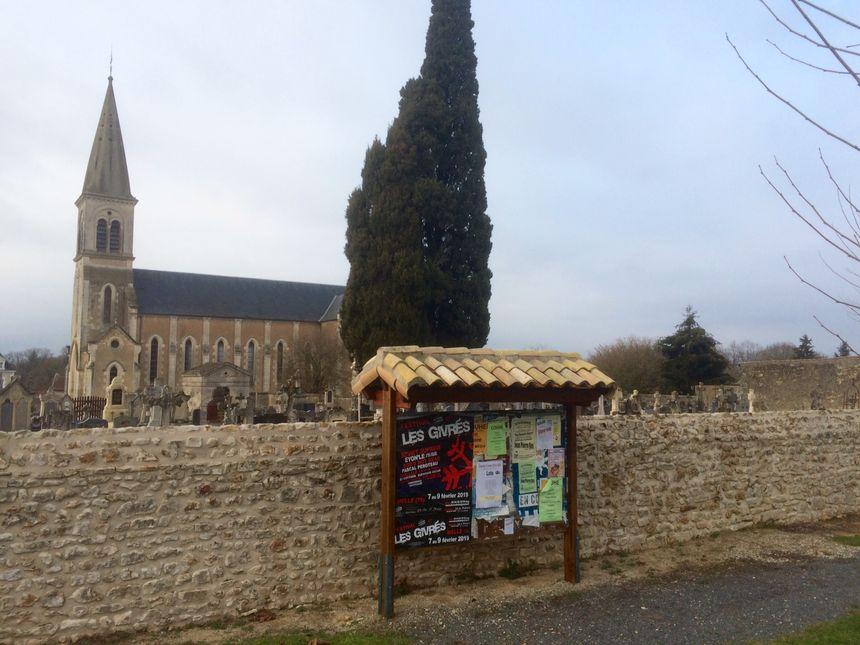 Ceaux-en-Couhé, son église, son cimetière et son unique commerce, un bistrot Le Relais de la Boudeur.