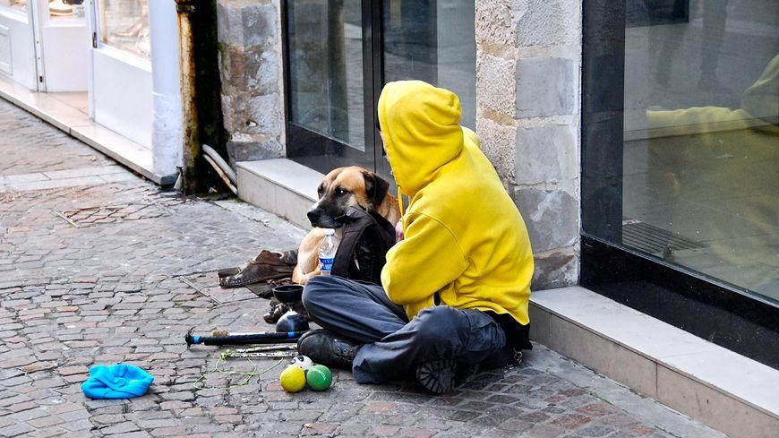 Un sdf dans la rue avec son chien