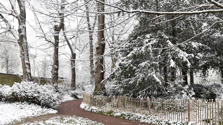Illustration. Quelques flocons de neige sur le parc Saint Paul de Caen en mars 2018.