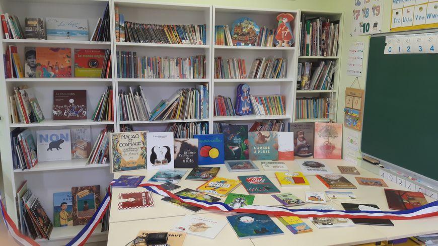La toute nouvelle bibliothèque à peine inaugurée dans la salle de classe de l'école de Blauvac