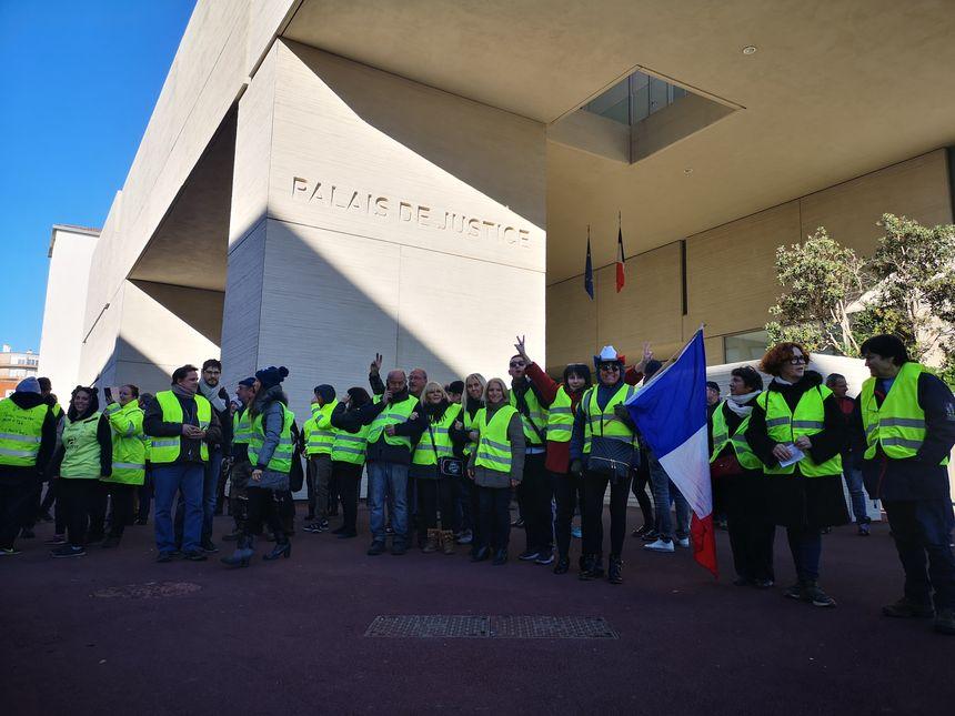 Début de rassemblement devant le tribunal à 12h00