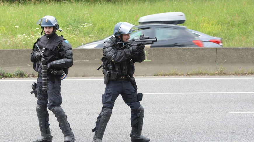 Des gendarmes mobiles sur la rocade de Rennes en mai 2016 en pleines manifestations Loi Travail