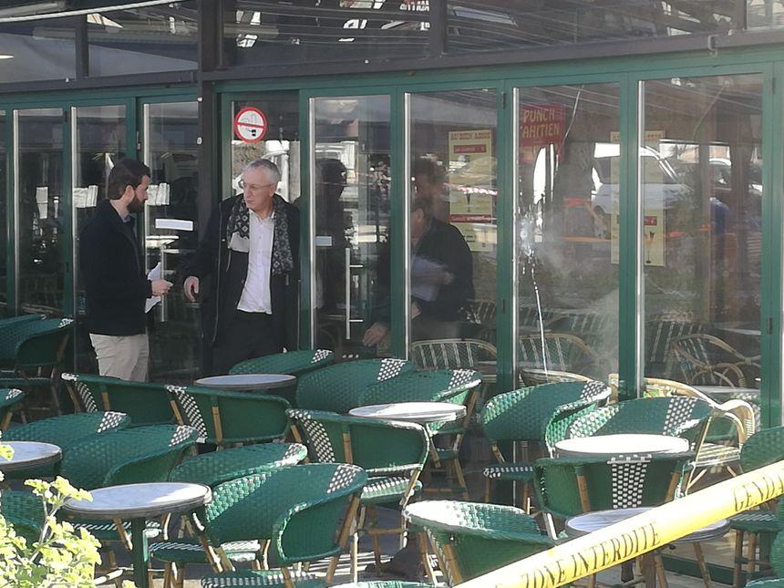 Plusieurs impacts de balles ont été relevés sur un bar de la place Porta