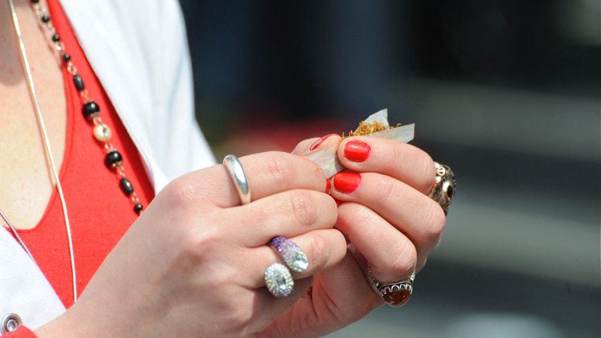 Dès le début, les fumeurs sont plongés dans une réalité altérée, perdant leurs liens.