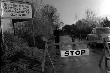 Poste frontière entre l'Irlande et l'Irlande du Nord à Clontivrim en 1955