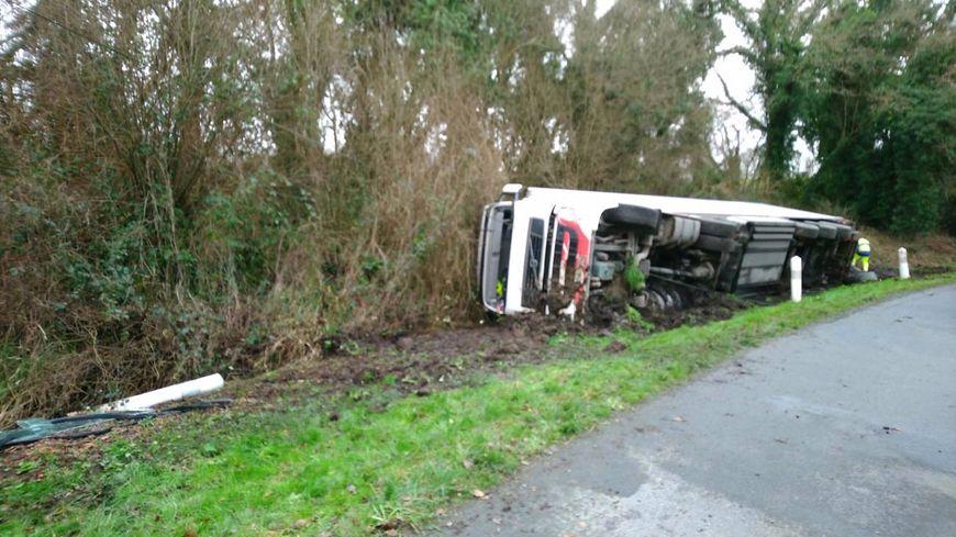 Le camion a fait une sortie de route.