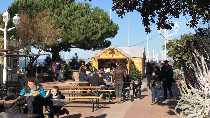 Sur le marché de Noël d'Arcachon, qui joue les prolongations, les touristes profitent de la météo clémente.