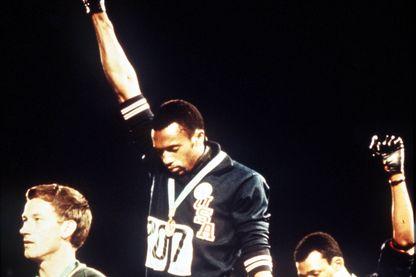 Le 16 octobre 1968, Tommie Smith et John Carlos lèvent un poing ganté de noir sur le podium du 200 mètres pour dénoncer les inégalités raciales.