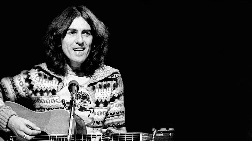 19 novembre 1976, George Harrison se produit au Saturday Night Live à la  guitare acoustique.