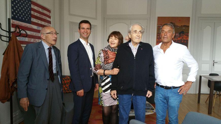 """Michel Legrand en compagnie de sa femme Macha Méril, dans le bureau du maire de Rochefort, lors de l'hommage organisé pour les 50 ans du film de Jacques Demy """"Les Demoiselles de Rochefort""""."""
