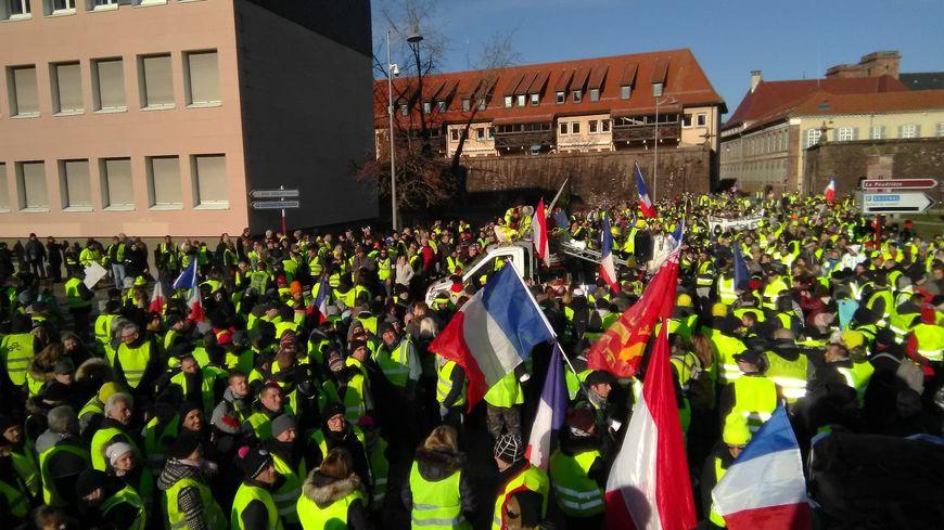 Plusieurs milliers de personnes se sont d'abord rassemblées sur le parking de l'Arsenal, à Belfort