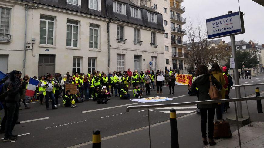 Une centaine de gilets jaunes se sont rendus devant le commissariat de Tours ce dimanche.