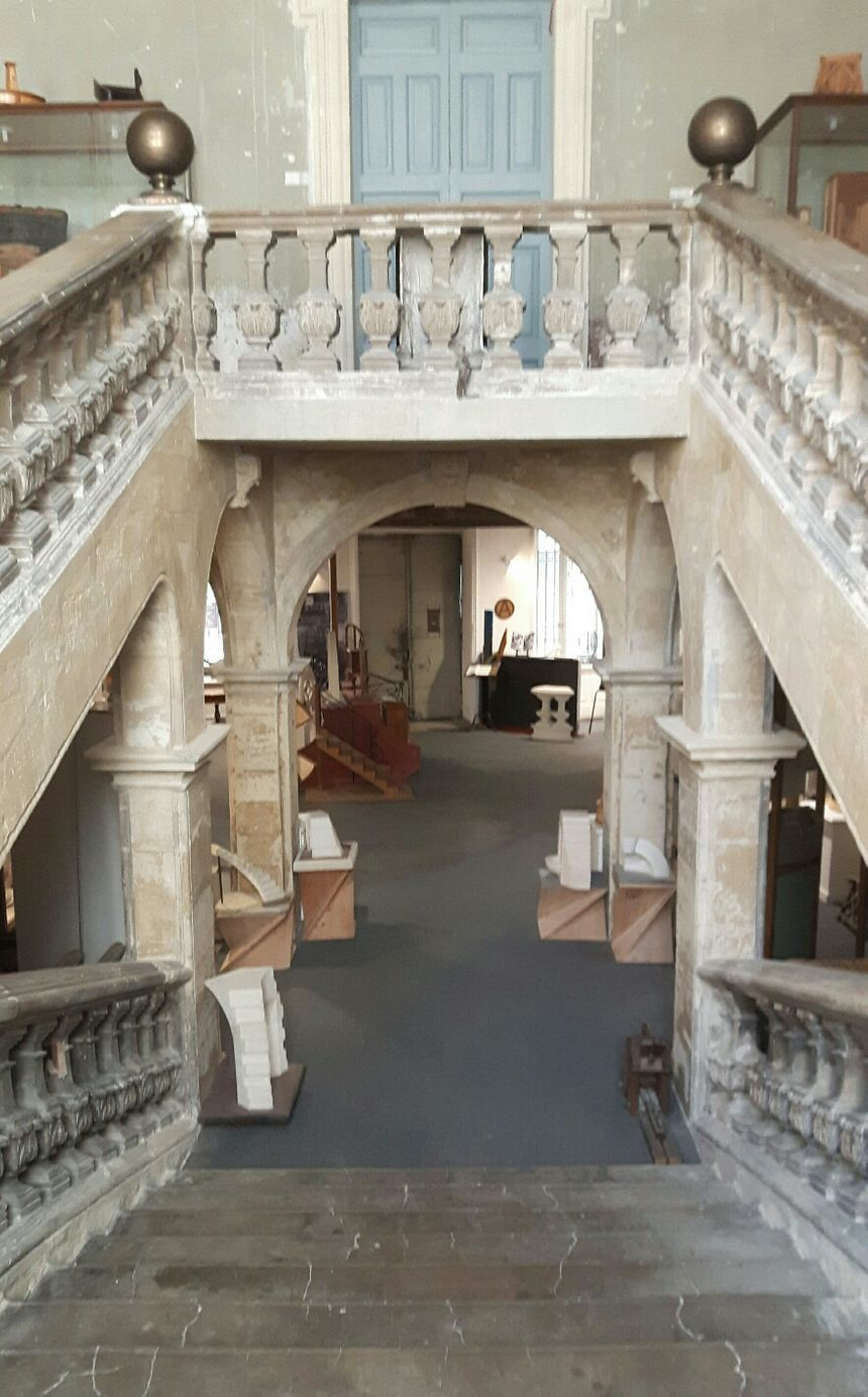 Le grand escalier de l'Hôtel de Montaigu et les œuvres exposées des Compagnons