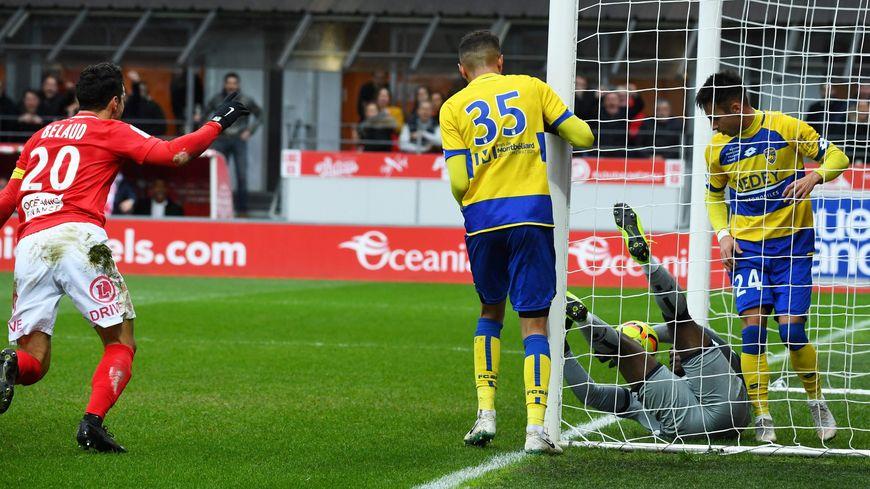Lawrence Zigi glisse avec le ballon derrière la ligne et offre le but aux Brestois