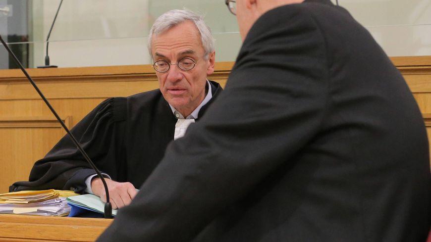 L'accusé (de dos) et son avocat, maître Philippe Noël