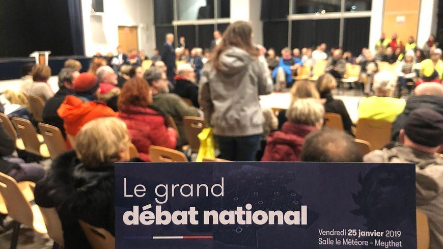 Dans le cadre du Grand Débat national, la toute première réunion d'initiatives locales organisée ce vendredi soir à Annecy a rassemblé 350 personnes.