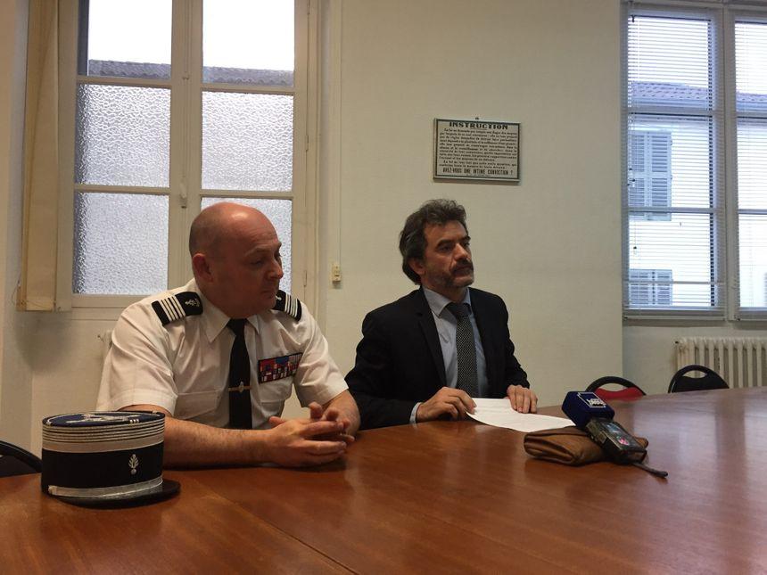 Le Colonel Lesaffre qui commande la section de recherche de Pau aux côtés du procureur de la République de Mont-de-Marsan, Olivier Janson