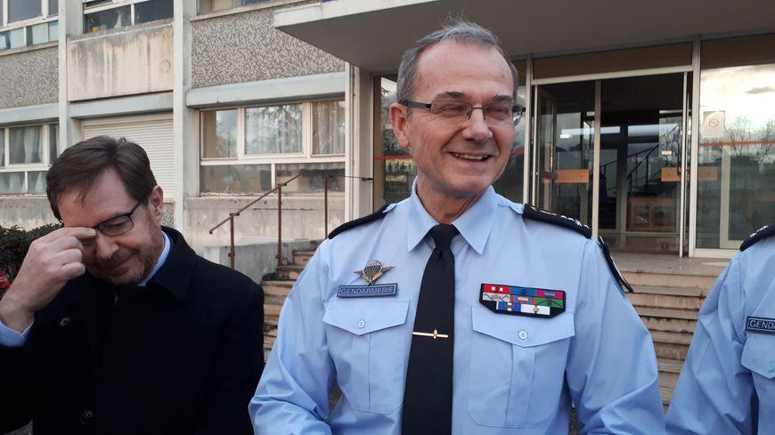 Le général Richard Lizurey, directeur de la gendarmerie nationale entouré du préfet de Côte-d'Or, Bernard Schmeltz