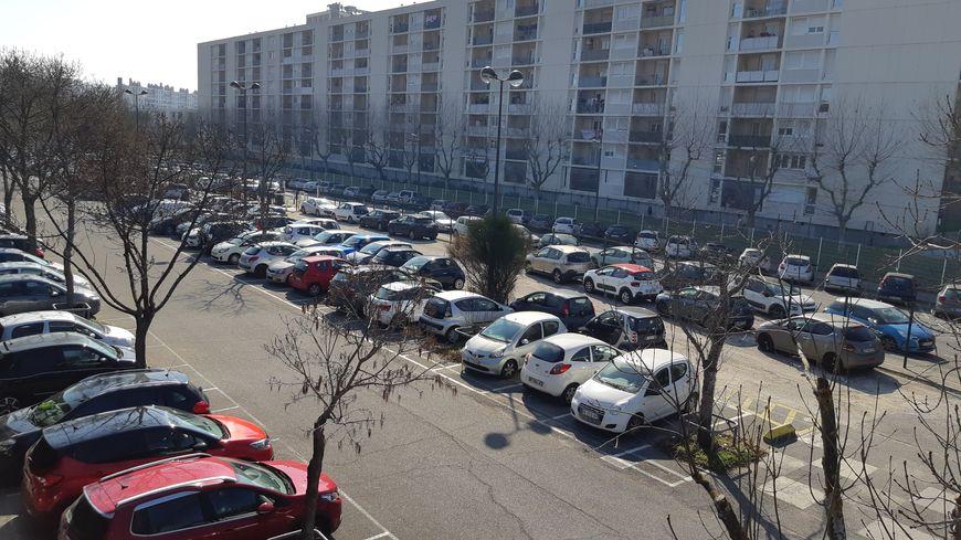 Le parking-relais La Rose permet aux Provençaux de se garer au nord de Marseille et de prendre le métro.