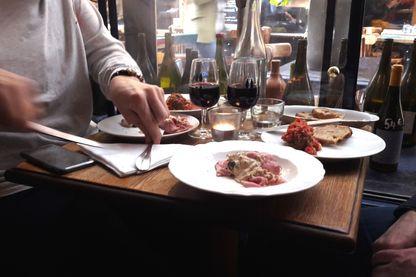 L'une des tables en bois du restaurant Racines, passage des Panoramas à Paris