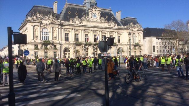 La place Jean Jaurès occupée par les gilets jaunes depuis 14H15
