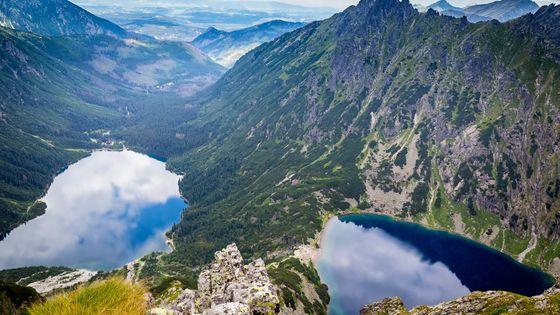Vue sur le lac Morskie Oko et le Czarny Staw (l'étang noir) - Montagnes des Tatras en Pologne