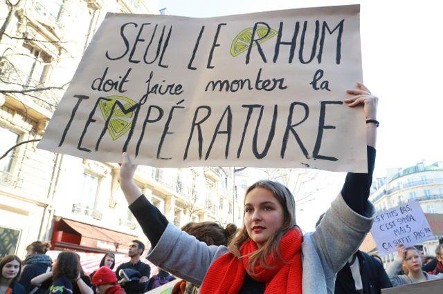 Jeunes manifestants devant le ministère de l'Ecologie à Paris