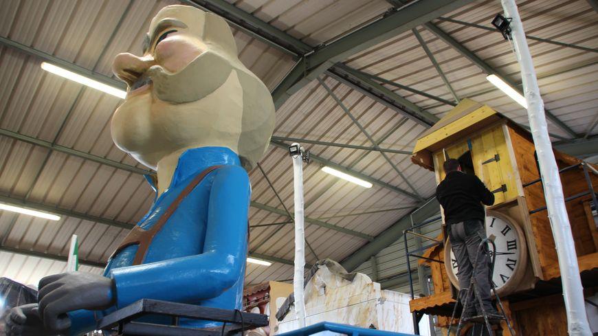 Les derniers coups de pinceaux et finitions sur les chars du carnaval de Granville
