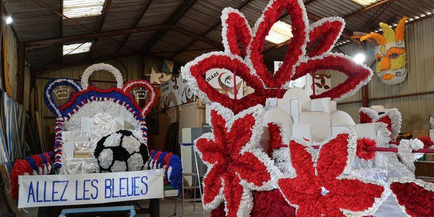 A gauche, le char de la reine du carnaval et de ses dauphines en 2018, à droite celui de cette année