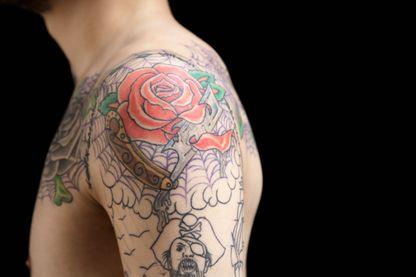 Epaule tatouée