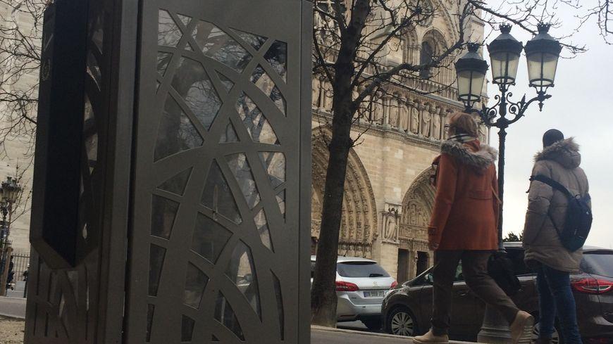 La nouvelle poubelle anti-rats de la ville de Paris devant la cathédrale de Notre-Dame