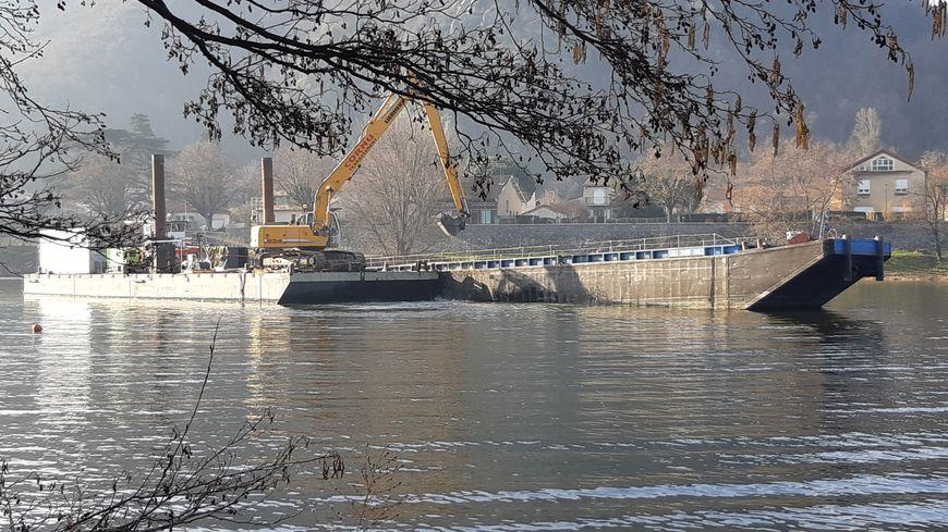 La pelle mécanique assure le dragage de la rivière Doux en Ardèche