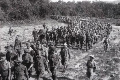 Mai 1954 des soldats français capturés se rendant au camp de Dien Bien Phu