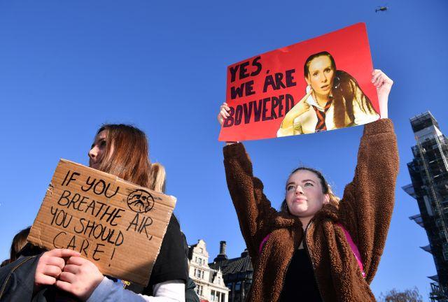 Jeunes manifestantes dans le centre de Londres pour inciter les élus à s'inquiéter de la dégradation du climat et de l'environnement