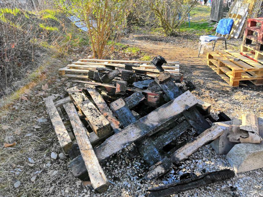 Le sol de la cabane a été principalement touché