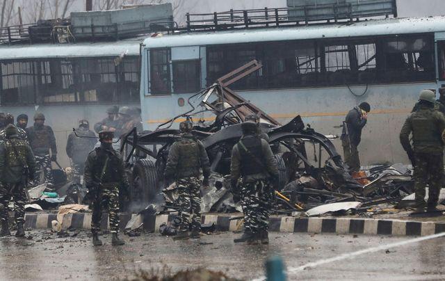 Les forces de sécurité indiennes sur les lieux d'un attentat-suicide, revendiqué par un groupe islamiste basé au Pakistan, qui a tué une quarantaine de leurs collègues à Awantipur, au Cachemire.
