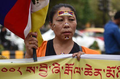 Une Tibétaine exilée manifeste à New Delhi en Inde le 14 mars 2018.